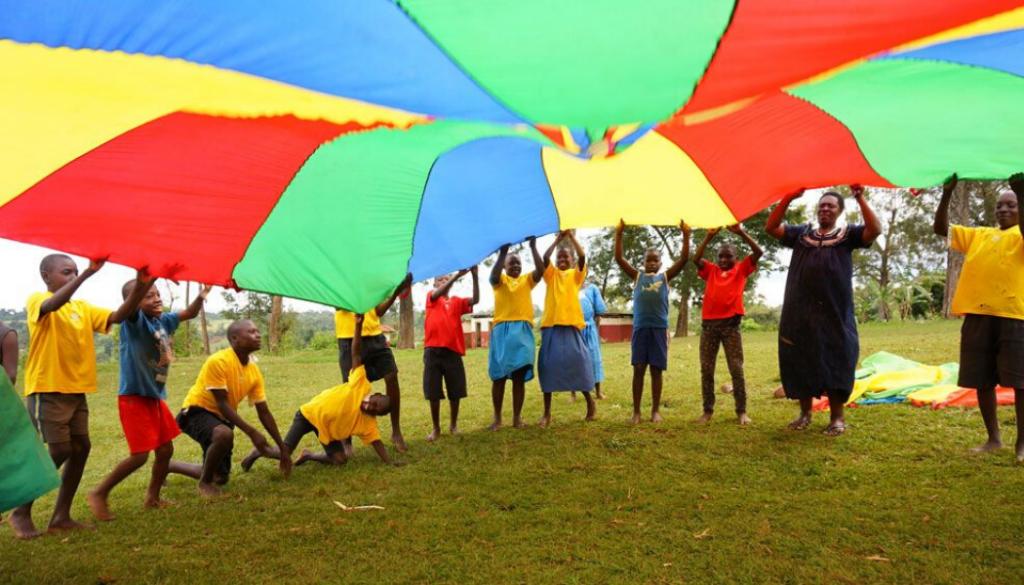 kids-playing-parachute